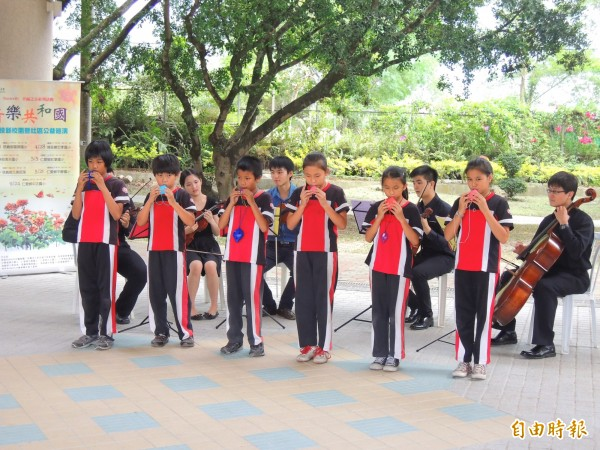 忠孝國小學童也演奏陶笛,Butterfly弦樂五重奏則配合伴奏,共譜美妙樂章。(記者佟振國攝)