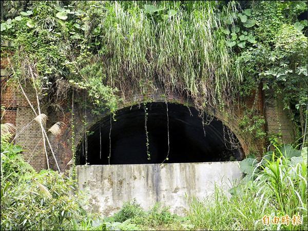 92年歷史的竹仔嶺隧道目前封閉中,市府規劃闢建自行車道。(記者盧賢秀攝)