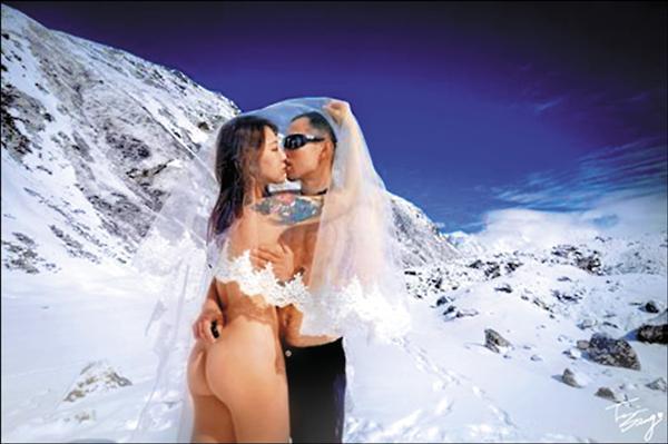 兩性作家柳喪彪和老公到尼泊爾拍全裸婚紗。(翻攝臉書)