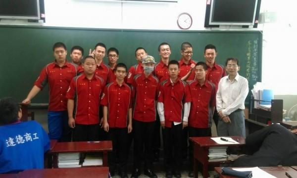 達德商工汽修科學生蕭鈺隆(戴帽者)因罹患淋巴癌接受化療而掉髮,班上15位同學立即理成平頭,以具體行動挺他。(記者湯世名翻攝)