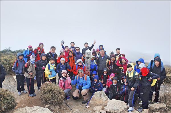 礁溪鄉玉田國小40名師生及家長,挑戰合歡山主峰等3座3千公尺以上山岳。(玉田國小提供)