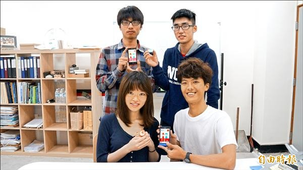 成大工設系女學生楊雯茜(左前者)與系上及資工系等三位男學生合作完成「BOBY—助孕產品服務性設計」,贏得今年台灣區微軟創意賽首獎。(記者王俊忠攝)