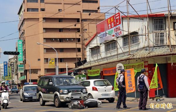 斗六市鎮北路與民生路口交通流量大,但平時的紅綠燈只有閃燈警示作用,造成小車禍不斷。(記者詹士弘攝)