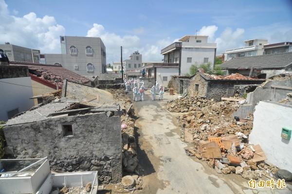 去年7月23日的澎湖空難造成48人死亡,15人輕重傷的慘劇,飛機墜毀地點西溪村受到重創,事發至今,村裡仍是斷垣殘壁,宛如廢墟,重建之路遙遙無期。(資料照,記者黃志源攝)