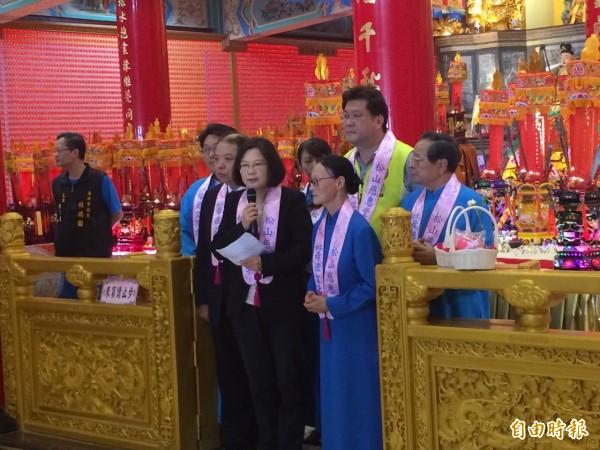 民進黨主席蔡英文(中)今上午至松山慈惠堂參拜。(記者郭逸攝)