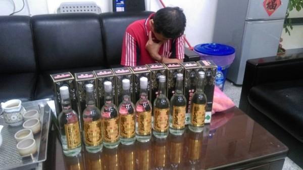 警方在楊嫌住處起出大量偽、劣高粱酒。(記者何宗翰翻攝)