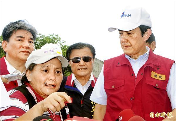 總統馬英九曾讚譽前花蓮縣秀林鄉長許淑銀(左)是「英勇女鄉長」,如今卻在蘇拉風災災修工程中涉貪,相當諷刺。(資料照,記者游太郎攝)