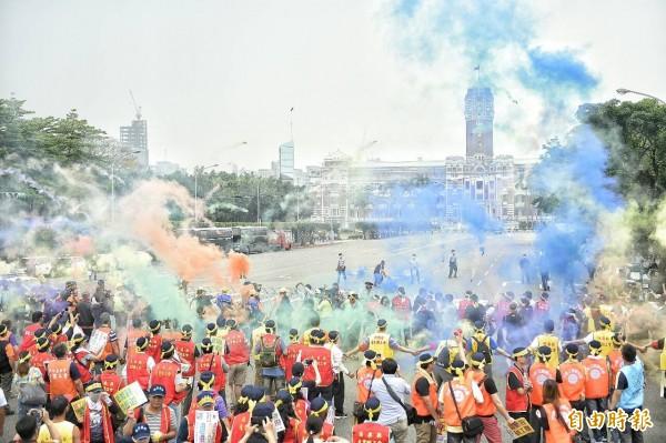五一勞工大遊行參加遊行的勞工向總統府丟擲煙霧彈。(記者陳志曲攝)