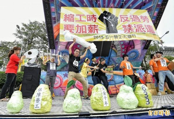 五一勞工大遊行再凱道登場,演出行動劇抗議政府芭樂票。(記者陳志曲攝)