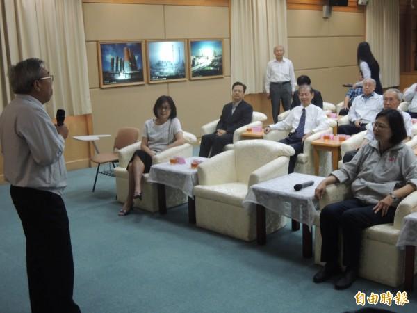 民進黨主席蔡英文(右)今訪六輕,由台塑集團總裁王文淵(左)擔任廠區解說。(記者陳燦坤攝)