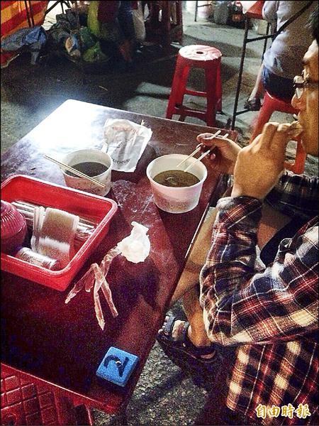 台北市有許多夜市,現仍使用免洗餐具。(記者蕭婷方攝)