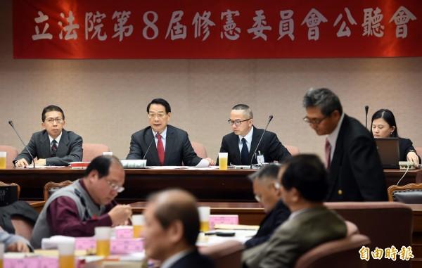 公民憲政推動聯盟今舉辦「2015台灣憲改藍圖會議」,針對降低修憲門檻等議題凝聚高度共識。圖為日前立法院修憲委員會公聽會。(資料照,記者羅沛德攝)