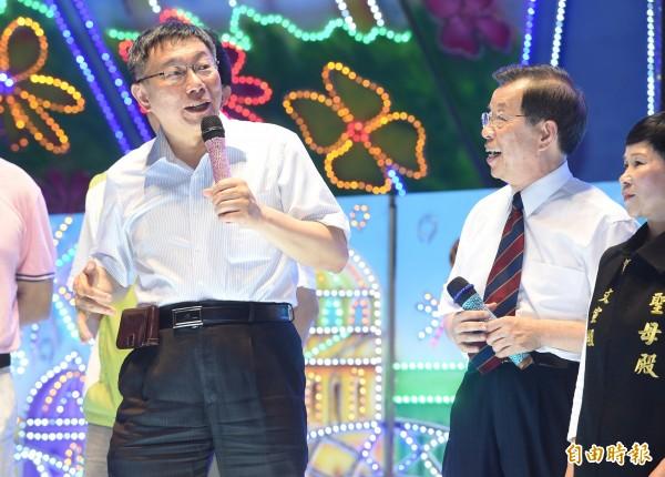 台北市長柯文哲(左)、前行政院長謝長廷(右)等人2日出席內湖媽祖煙火藝文季活動。(記者羅沛德攝)