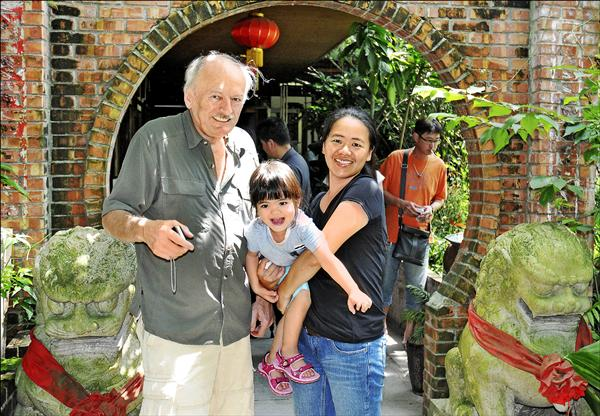 ▲林陳絲的德國籍外孫女婿周旺財(左)和妻子周滿靜、女兒。(周滿靜提供)