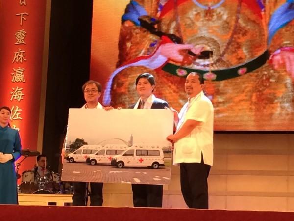 松山慈惠堂晚間捐贈北市消防局3輛高頂救護車。(記者姚岳宏翻攝)