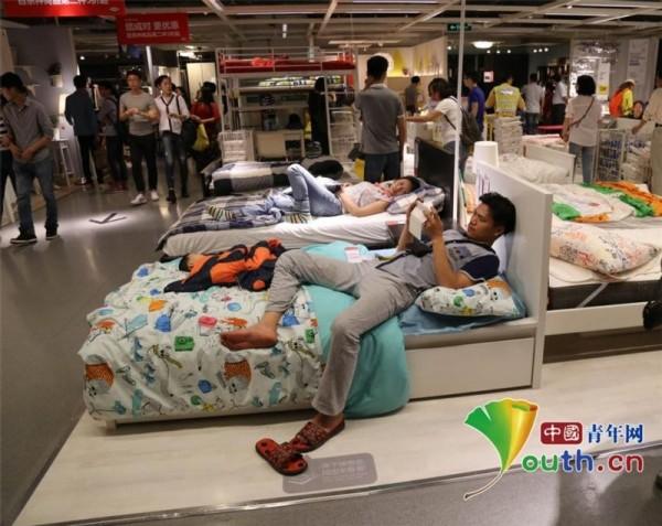Ikea雖然規定禁止消費者在家具樣品上睡覺,但仍無法制止中國客的行為。(圖擷自《中國青年網》)
