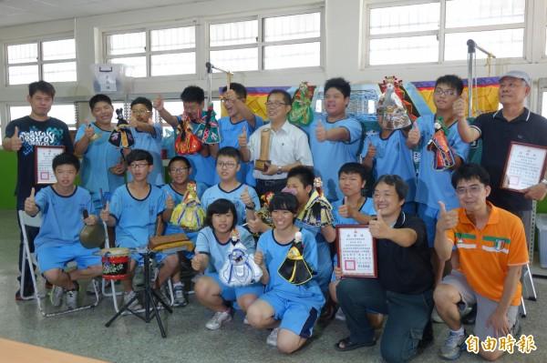 鹿港國中參加全國學生創意戲劇比賽,奪下布袋戲組國中特優。(記者劉曉欣攝)