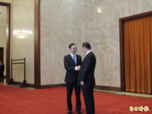 國民黨主席朱立倫四日在中國北京人民大會堂與中共總書記習近平會見,習在走廊上等候朱到來。(記者彭顯鈞攝)