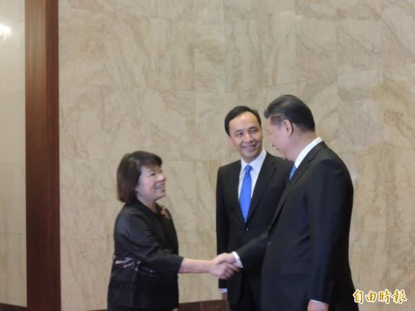 國民黨主席朱立倫與中共總書記習近平4日在中國北京人民大會堂會見,朱向習介紹副主席黃敏惠。(記者彭顯鈞攝)