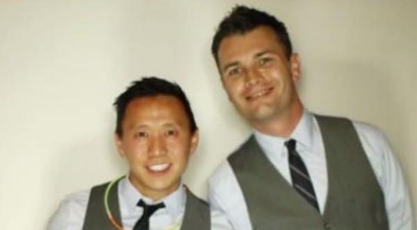 強納生.王(圖左)和他的伴侶布蘭特(圖右)要到德州參加婚禮,因此使用知名訂房網站Airbnb在當地訂房,沒想到在入住時房東得知他們是同志情侶,而拒絕租房給他們。(圖取自都市報)