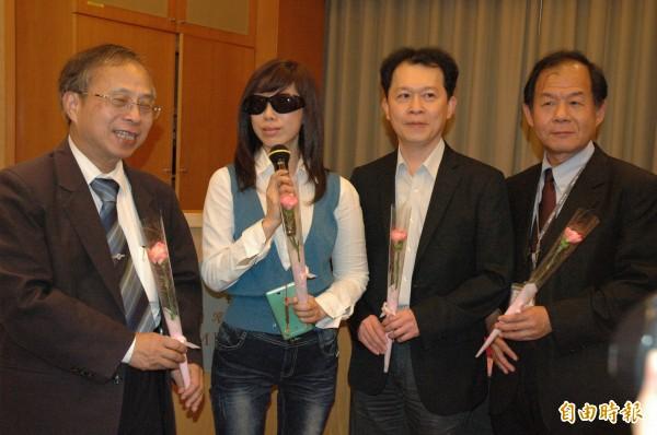 吳小姐(左二)分享抗癌故事,並感謝醫護人員協助。(記者方志賢攝)