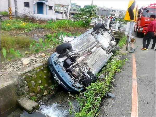 車輛被撞飛至水溝,四輪朝天。(宜蘭消防局提供)