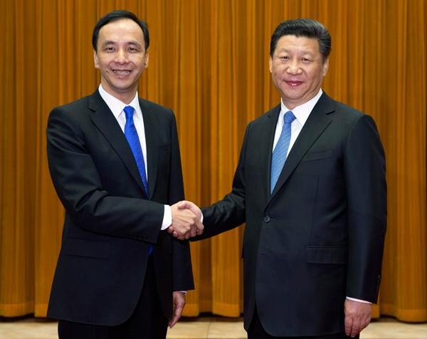 國民黨主席朱立倫(左)、中共總書記習近平(右)。(美聯社)