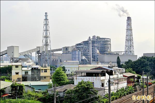 民代和環保團體質疑台化彰化廠是製造彰化空氣污染的禍源之一,廠區大煙囪排放煙霧,污染彰化美麗的天空,讓人擔憂。(記者張聰秋攝)