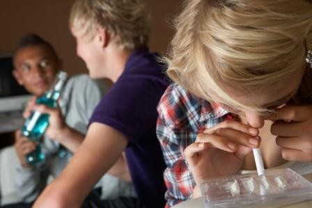 未成年染毒人數眾多,且大多數人並不會把接觸毒品當作嚴重的事情看待。(圖片擷自thefix.com)