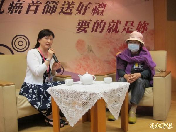 60歲的陳女士(右)出席新北市衛生局乳癌篩檢活動,分享發現罹癌的心路歷程。(記者何玉華攝)