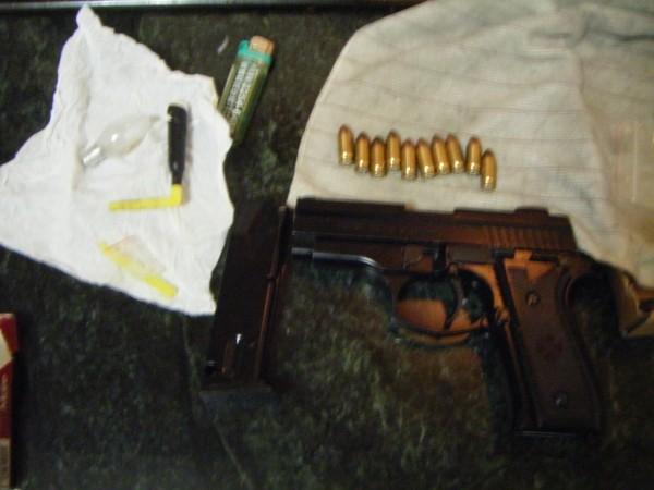 警方在李壽財藏身處起出金牛座手槍、子彈與毒品吸食器。(記者吳仁捷翻攝)