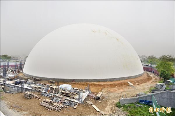 台中洲際棒球場旁,近來冒出一顆「迷你巨蛋」,白色圓形建築物,造型像白色水煮蛋。(記者廖耀東攝)