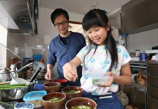千繪病逝前最快樂的一段時光,便是在廚房與小花一同烹調獨門味噌湯。(圖擷取自《朝日新聞》)