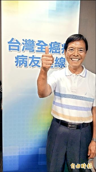 胡先生全家8口有7口罹癌,特別出席台灣全癌症病友連線成立活動,表達支持。(記者林惠琴攝)