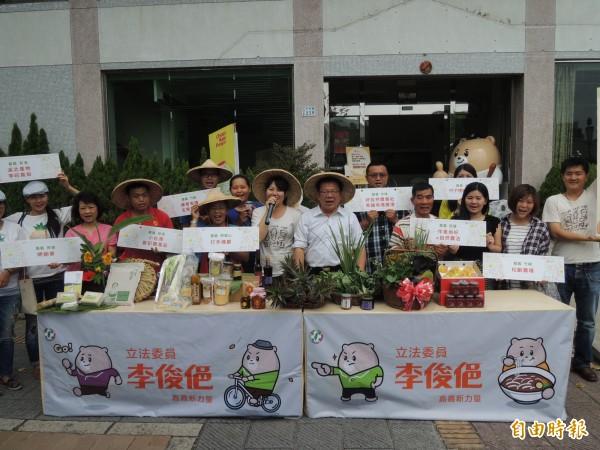 立委李俊俋與嘉義在地小農,一起推薦三小市集交流平台。(記者丁偉杰攝)