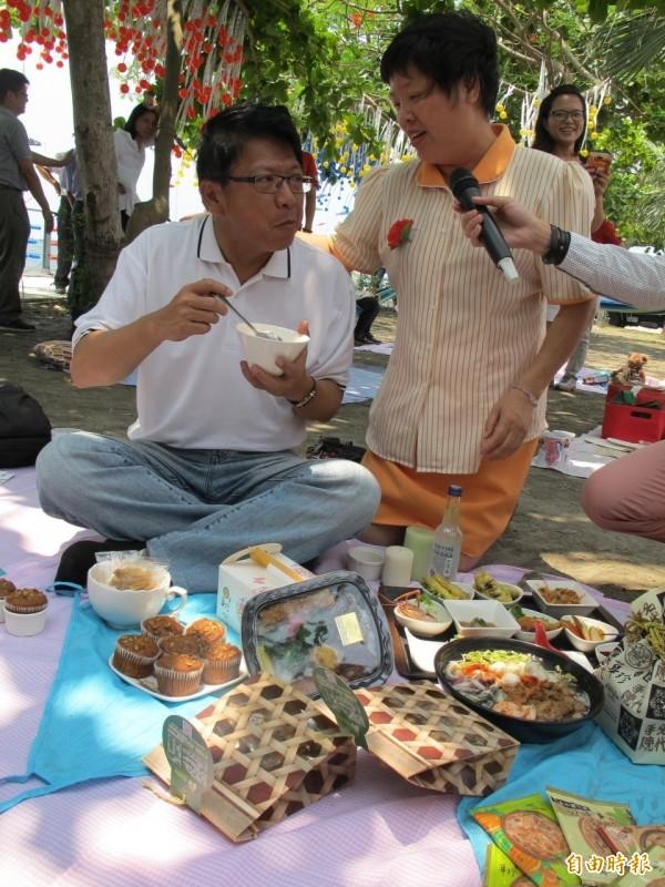 潘孟安野餐嘗飯湯。(記者陳彥廷攝)