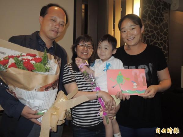 曾君瑜努力抗癌,母親節前夕送花感謝醫師陳駿逸,也寫信感謝好友馮麗燕,手抱乾兒子「仔仔」一臉滿足,要為自己再活一次,看到仔仔長大。(記者蔡淑媛)