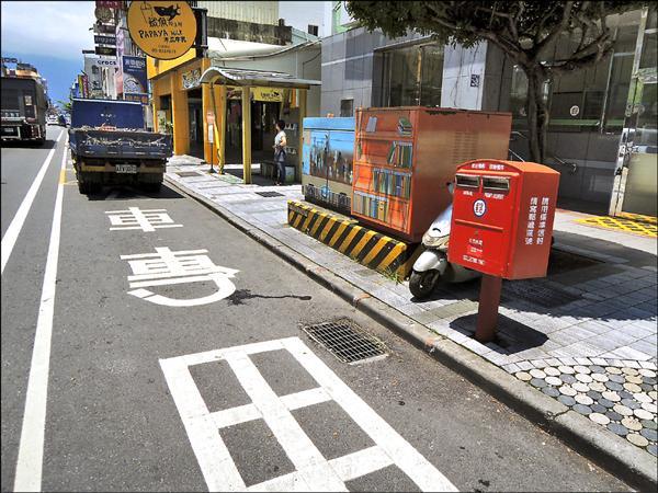花蓮市區部份公車站下車處就是電箱,防礙身心障礙者上下車。(傅國淵提供)
