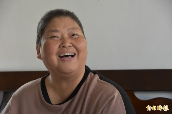 走過逆境卻罹癌,黃素娥知足笑看人生。(記者蘇福男攝)