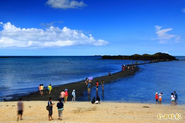 利用潮汐漲退浮現的自然海底步道摩西分海成為遊客體驗熱區。(記者劉禹慶攝)