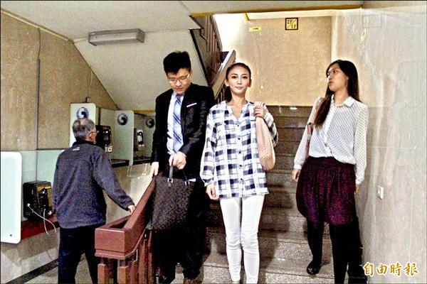 劉喬安穿著在318學運讓她一炮而紅的格子襯衫出庭。(記者陳慰慈攝)