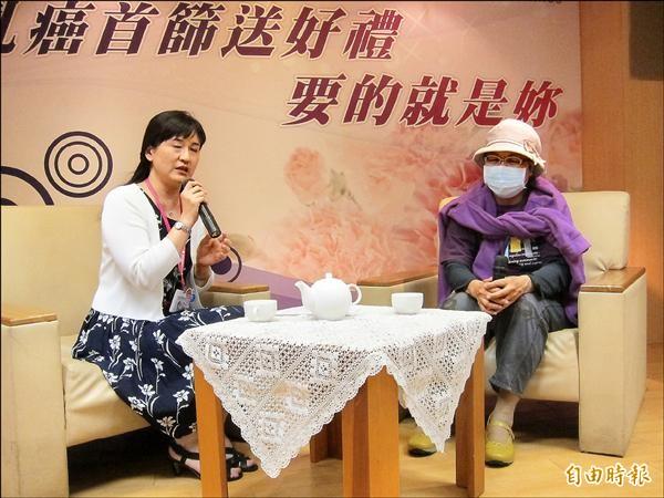 六十歲的陳女士(右)出席新北市衛生局乳癌篩檢活動,分享發現罹癌的心路歷程。(記者何玉華攝)