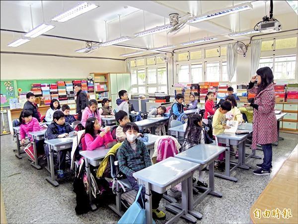 教育局宣布,因少子化衝擊,要停止104學年度國小教師聯合甄選,引起家長、教師不滿。(記者梁珮綺攝)