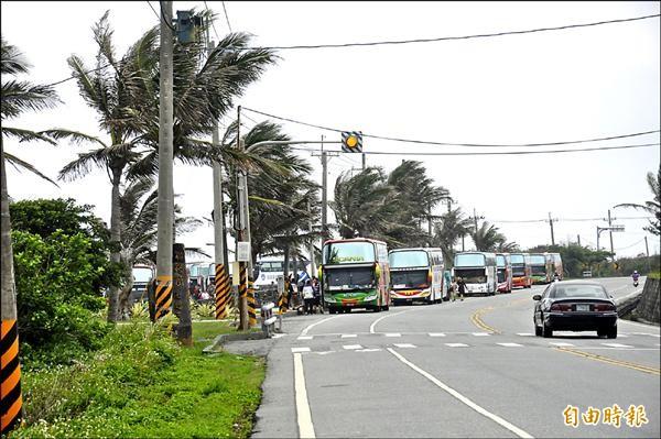 加路蘭遊憩區車滿為患,遊覽車已停到省道旁。(記者黃明堂攝)