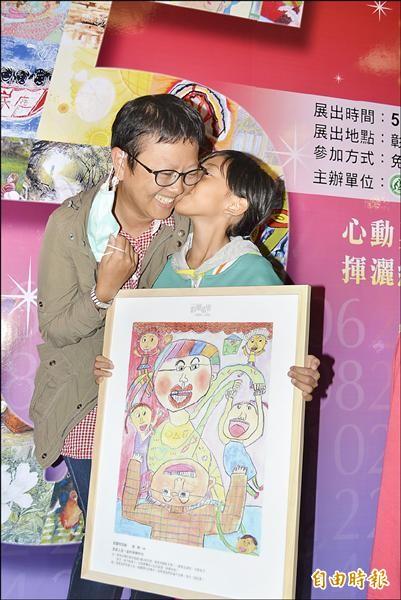 女生「紐紐」把畫作「全家人在一起的甜蜜時光」送給罹癌的母親李亦蕿,還獻上一吻,祝她母親節快樂。(記者湯世名攝)