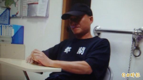 萬姓男子酒駕被逮,他滿臉無奈搭配身穿的「都蘭」T恤,路人見狀笑翻。(記者佟振國攝)