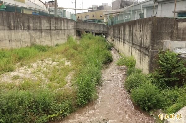 福懋興業排出的廢水呈深褐色,讓人看了不安心。(記者詹士弘攝)