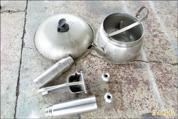 素人藝術家賴銘傳將鍋蓋、水壺、保溫瓶等回收物變成可愛鐵雕瓢蟲。(記者蔡宗勳攝)