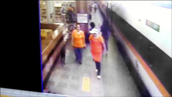 花蓮站一隻黑狗,跟著送便當的店員走上月台,隨著便當香氣搭上火車。(記者王錦義翻攝)