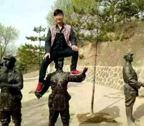 陝西男子李文春爬到女紅軍雕像頭上拍照,引起公憤。(圖取自網路)